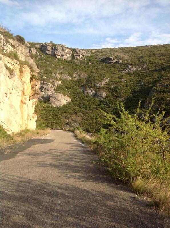 Prendre à pied la route à droite du Tunnel